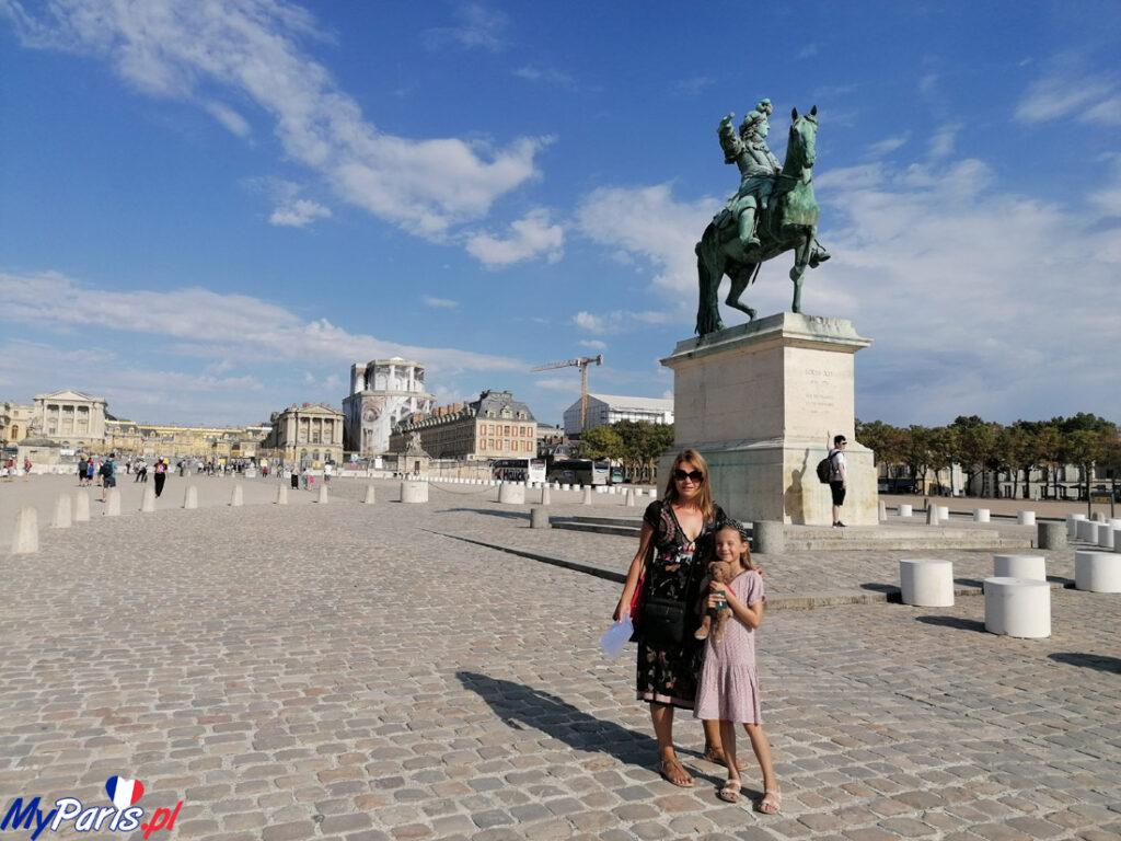 Przed pałacem - pomnik Ludwika XIV